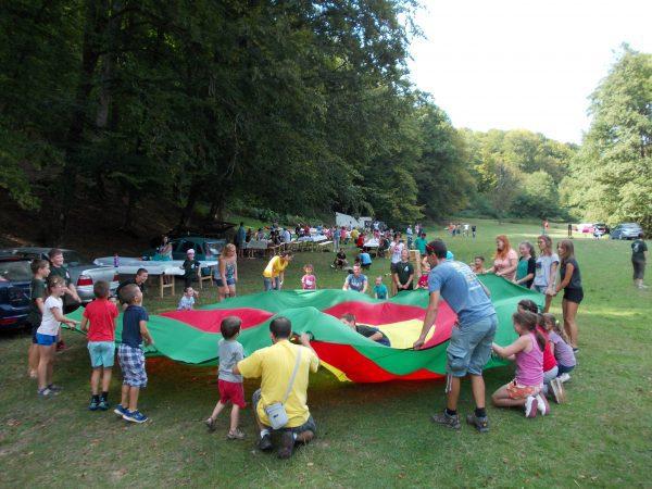 Jókedvű gyermekek a közösségépítő játékokon