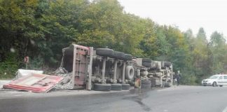 TIR răsturnat în zona Piatra Craiului, trafic rutier îngreunat