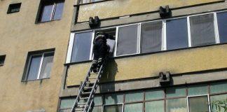 Femeie salvată de pompieri din propria locuinţă