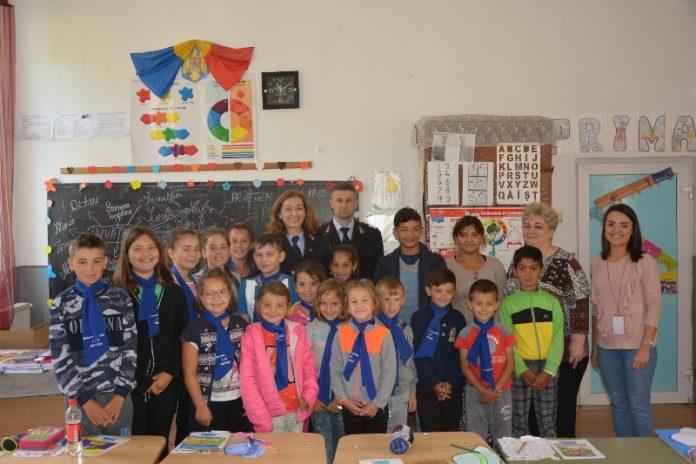 Elevii din trei şcoli din Bihor primesc cărţi din partea pompierilor militari