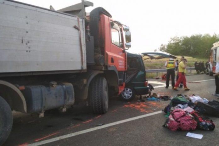 Nouă persoane au murit marți, în apropiere de Budapesta, în urma unui accident dintre un microbuz și un camion 2-800x533
