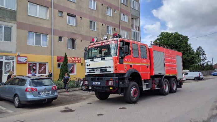 Un incendiu la un tablou electric a creat panică într-o scară de bloc din Aleșd-800x450