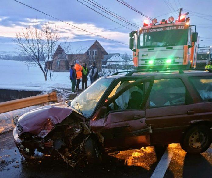 A rupt cu mașina un stâlp de beton. Circulația blocată la Borod800x675