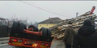 lemne pe șosea la Peștiș