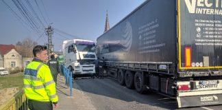 Accident în Aleșd: Două TIR-uri s-au ciocnit