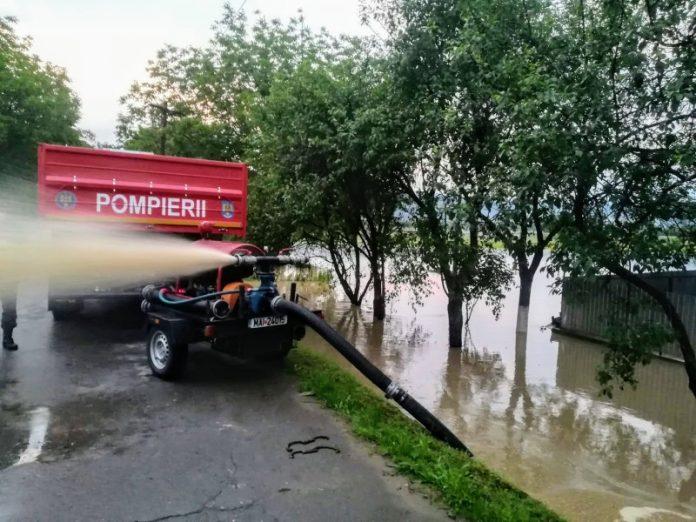 pompieri din Aleșd la inundati