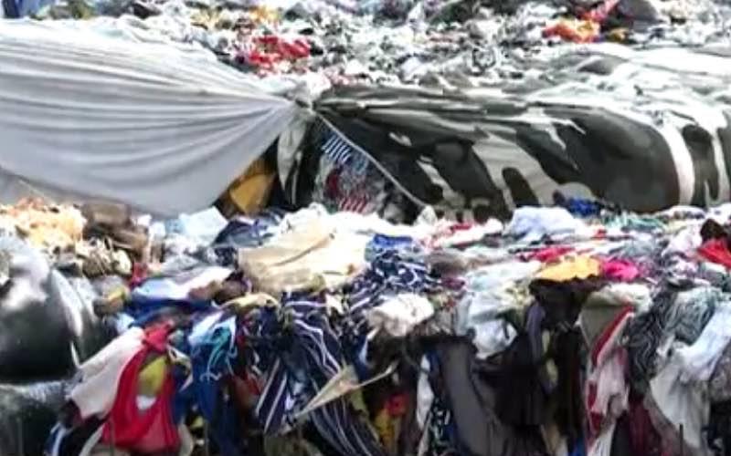 Deşeuri textile depozitate clandestin la Vadu Crişului