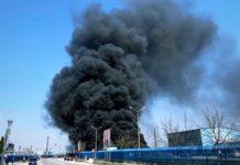 Incendiu violent la un magazin din curtea fabricilor deținute de frații Micula (video)