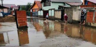 Străzile pline de gropi din cartierul Obor din Aleșd inundate după fiecare ploaie