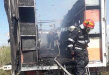 Camion plin cu stupi de albine distrus într-un incendiu la Hotar