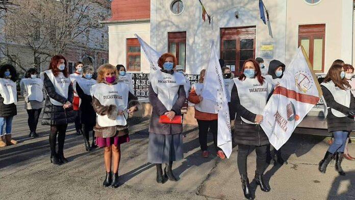 Grefierii protestează în fața Prefecturii Bihor împotriva înghețării salariilor (