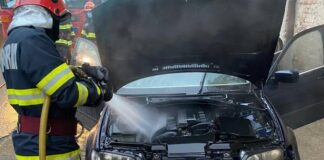 Incendiu la un autovehicul din cauza unui scurtcircuit