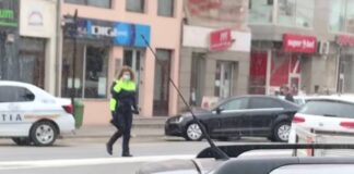 Polițistă ce traversează printr-un loc nepermis