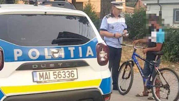Biciclist oprit de poliție